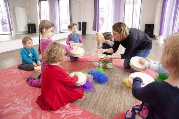 Musikgarten für Kleinkinder in Fürth - Evi Reich spielt den Kindern etwas auf einer kleinen Trommel vor