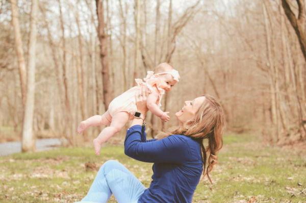 Musikgarten für Babys in Fürth - eine Mutter hält ihr Baby hoch