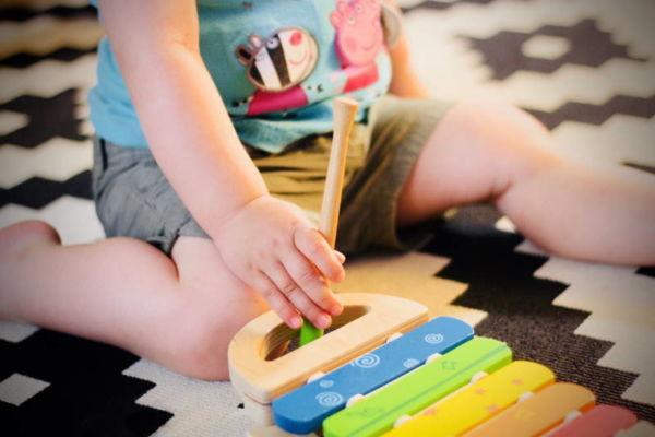 Musikgarten für Babys in Fürth - ein Baby beschäftigt sich mit dem Xylophon