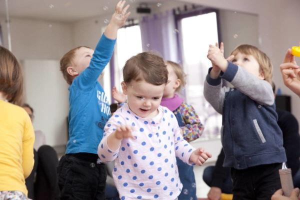 Musikgarten für Babys in Fürth - Kleinkinder jagen Seifenblasen