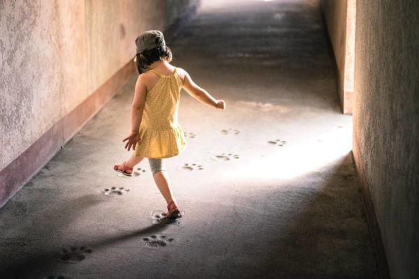 Musikkurse für Kinder in Fürth - ein Mädchen tritt in fremde Fussstapfen