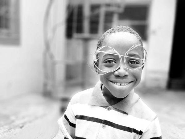 Musikkurse für Kinder in Fürth - ein Junge mit einer selbstgebastelten Brille aus Draht