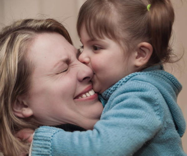 Musikgarten für Kleinkinder in Fürth - ein Mädchen gibt ihrer Mutter einen Schmatzer auf die Wange