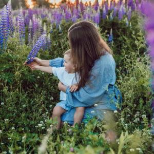 Musikgarten für Kleinkinder in Fürth - Mutter sitzt mit ihrem Kind auf einer Blumenwiese