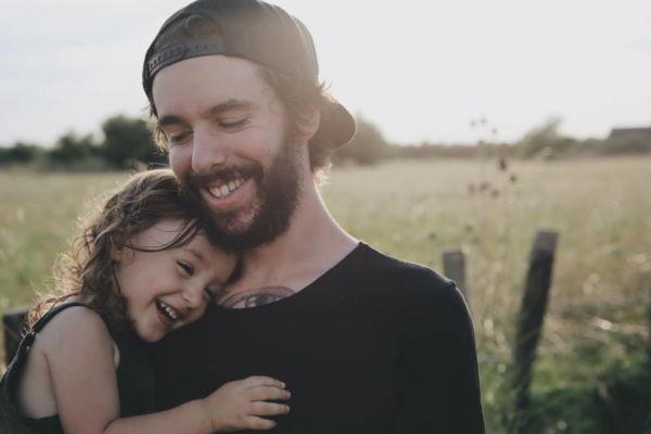 Musikgarten für Kleinkinder in Fürth - Vater hält seine Tochter auf dem Art - beide lachen