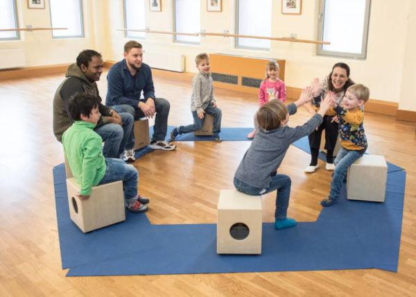 Musikworkshop Rhythm Jam in Fürth - Bewegungsspiele mit mehreren Kindern und deren Eltern