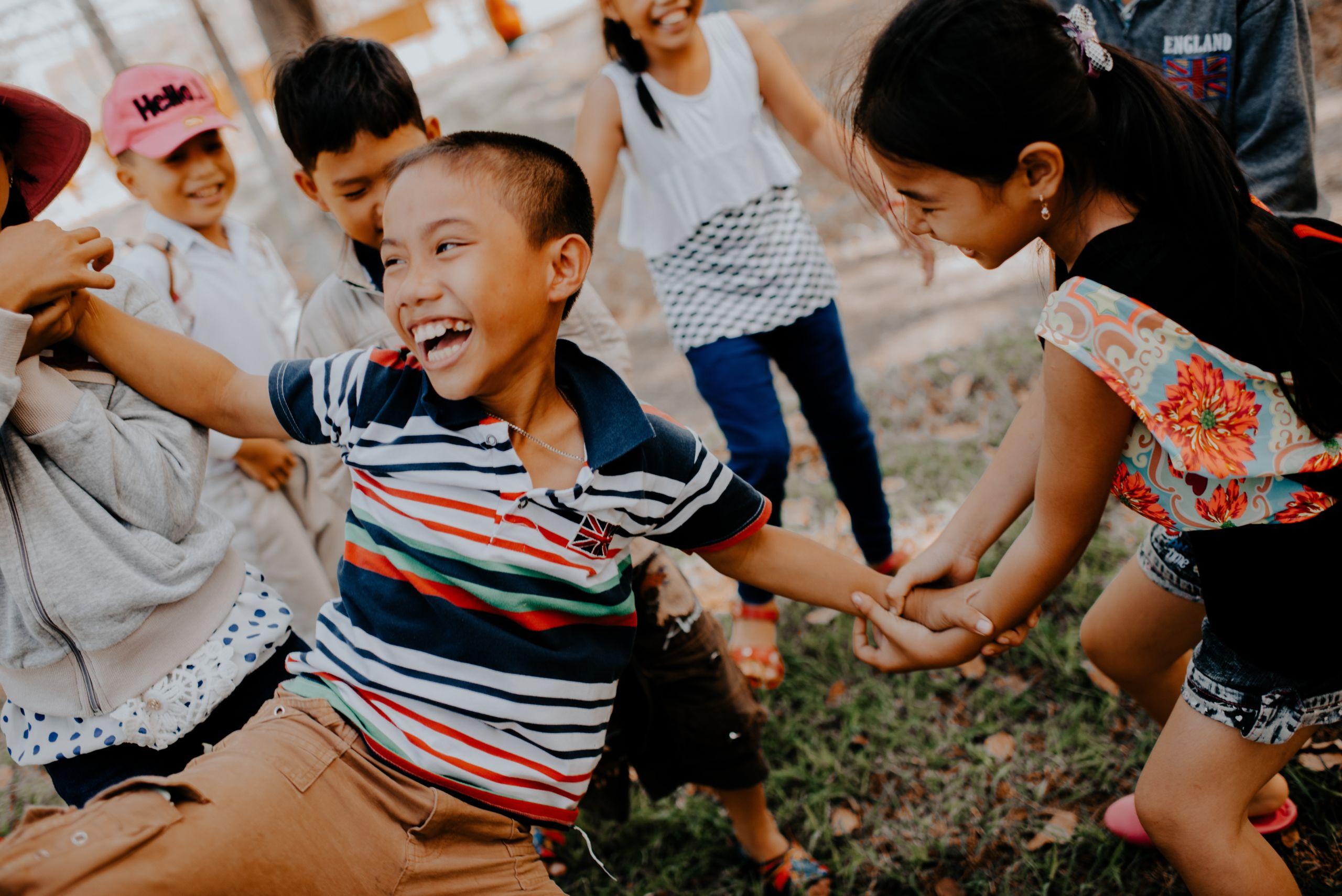 Musikkurse für Kinder in Fürth - ein Mädchen streckt die Zunge heraus